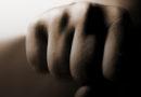 Лиепая: мужчина на остановке избивал женщину