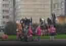 Вот как наши дети идут из школы домой!