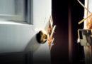 Аварийным службам разрешили выламывать двери квартир, где прорвало трубу
