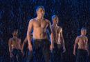 Десять привлекательных мужчин, танцующих «Под дождем»