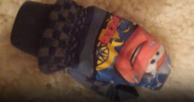 Ребенок потерял варежку во время зажжения елочки