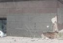 Неизвестный врезался в здание в центре Лиепаи и скрылся