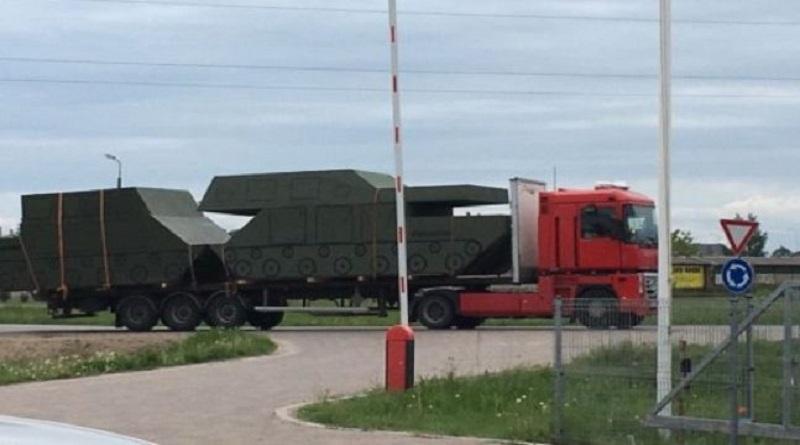 Читатель: по Лиепайскому шоссе перевозят картонные танки