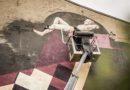 Лиепайские художники рисуют на стене Атланта