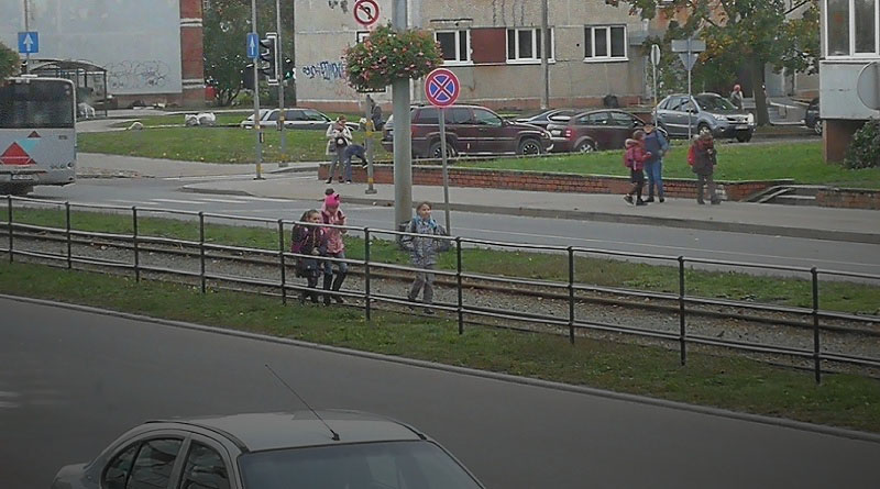 Дети подвергают себя опасности, гуляя по рельсам
