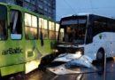 На Трамвайном мосту ДТП: автобус врезался в трамвай