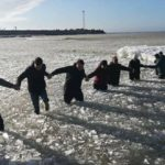 В Литве отважные мужчины спасли провалившихся под лед женщин и детей