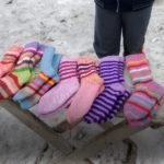 Не проезжайте мимо: мальчик из многодетной семьи на обочине продает носки