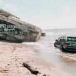"""В Лиепае автомобиль BMW X5 """"искупался"""" в море"""