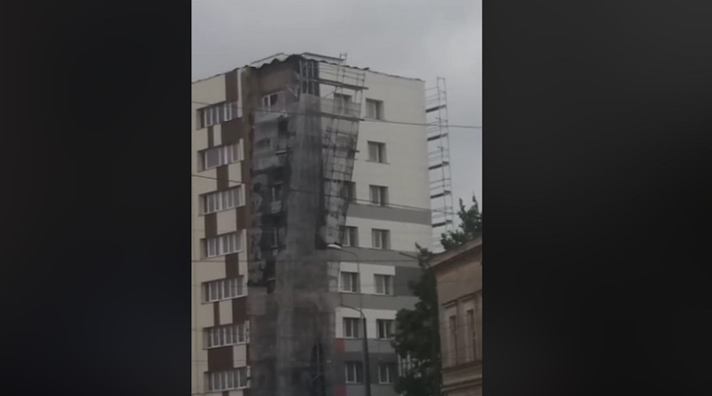 Внимание: перекрыта улица Лиела – сильный ветер сорвал леса со здания (видео)