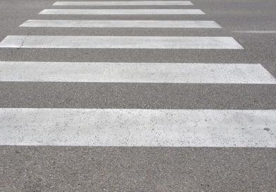 На пешеходном переходе автомобиль сбил девочку