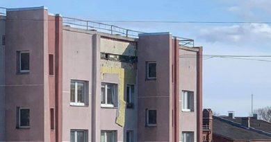 Лиепая: с 5-этажного дома осыпалась штукатурка – пострадало авто (видео)
