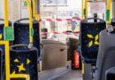В автобусах маркируют сиденья, чтобы легче было соблюдать дистанцию
