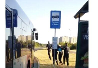 Лиепая: пьяный мужчина в автобусе кидался и кричал на пассажиров (видео)