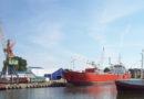 ЧП в порту: поврежден корпус корабля и произошла утечка горючего (видео)