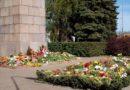 9 мая тысячи лиепайчан несли к памятникам цветы (90 фото)