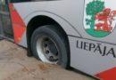 В Лиепае прорвало водопровод, автобус с пассажирами провалился в яму
