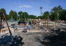 Устанавливают новые, удобные и современные игровые площадки для детей