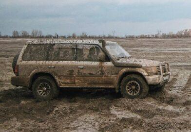 Двое мужчин угнали автомобиль и катались, пока не застряли в грязи