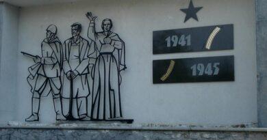 У Мемориала в Зеленой роще в Лиепае прошел субботник