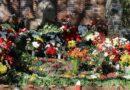9 мая с утра и до поздней ночи лиепайчане несли цветы к памятникам