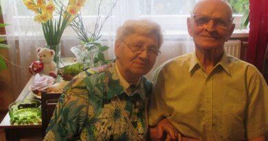 Людмилу и Михаила Комаровых поздравляют с 65-тилетием со дня бракосочетания!