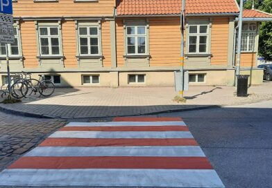 """Лиепая: пешеходные """"зебры"""" поменяли окраску"""