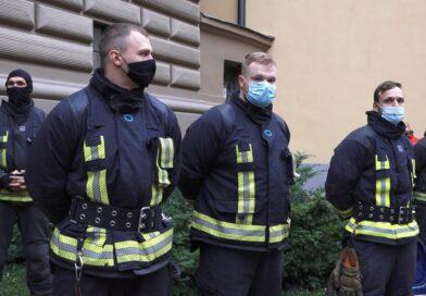 Пожарные пришли к Сейму: они требуют не отстранять сотрудников без сертификатов
